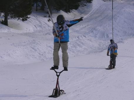 BAR STAND EN SNOWSCOOT SUR UN TELESKI